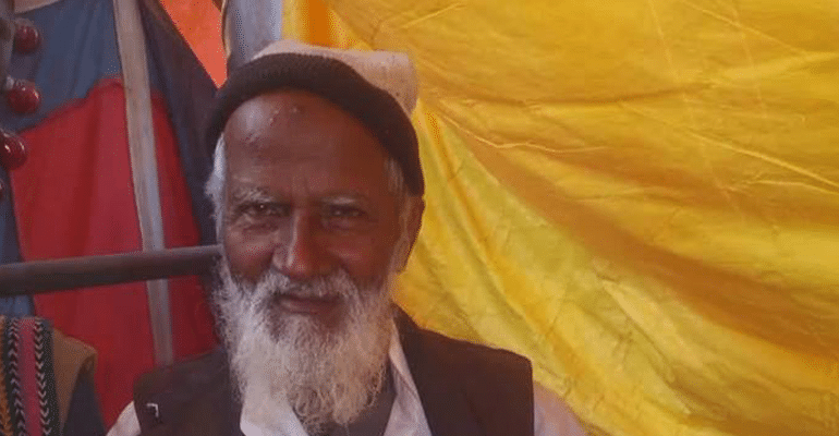 """Mullah Ji Light Waale"" - This 77-YO Is Lighting The Camps Of Kumbh Mela Since 3 Decades"