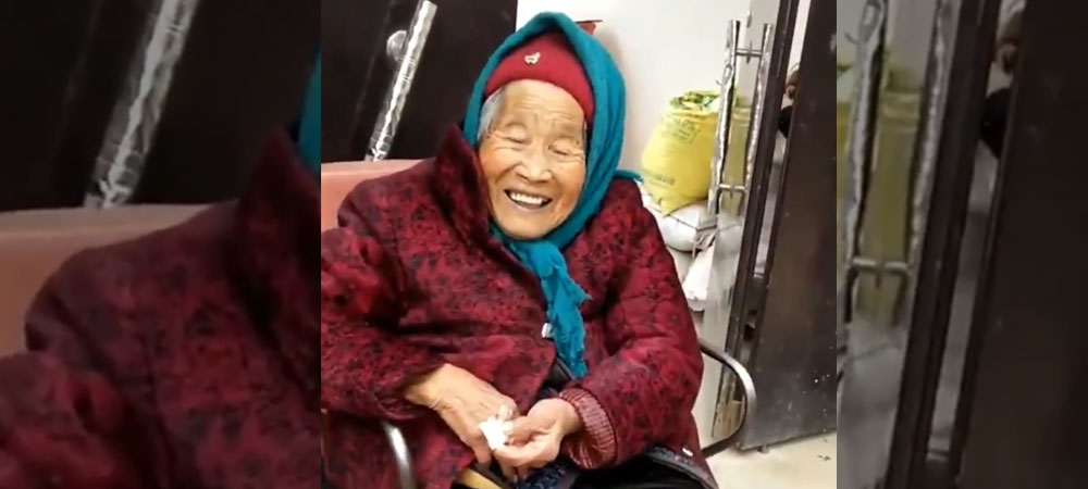 A Priceless Moment Is When An 107-Year-Old Mother Gives Candy To Her 87-YO Daughter