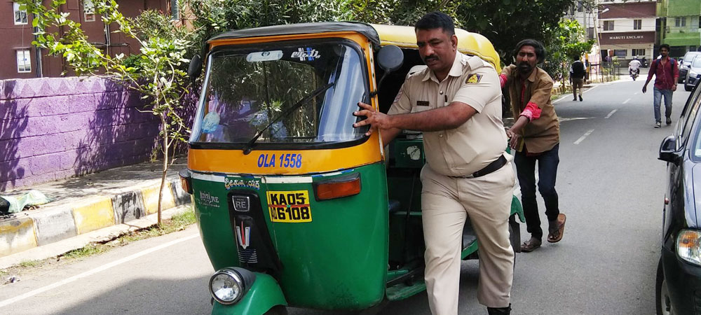 3 Cheers For Bengaluru Police: Cop Helps Auto Driver, Kind Act Strikes A Chord With Netizens